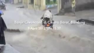 Download Video Banjir bandung : kasian tapi lucu banget !! MP3 3GP MP4