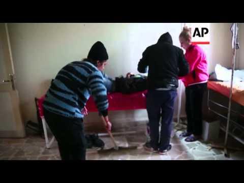 REPORTAJE EXCLUSIVO: Clinica En Zona De Guerra En Poblado Curdo Batalla Para Atender Heridos