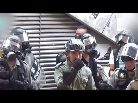 Hong Kong police tell rioters to take off their masks and leave | 香港警察讓抗議者摘下口罩 逐個離開