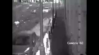 Взрыв джипа во Владивостоке сняли на видео(Взрыв джипа во Владивостоке сняли на видео Прямо в центре Владивостока взлетел на воздух джип. Водитель..., 2013-01-07T14:46:14.000Z)