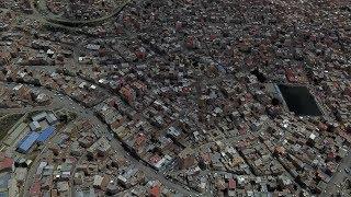 Город в кратере вулкана с небесным метро. Латинская Америка, город Ла-Пас.