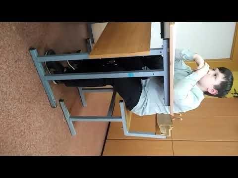Школьник  показывает фак учителю