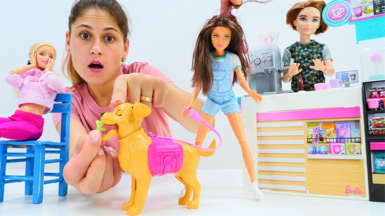 Barbie ve Ayşe kafede kemiği yutan köpeğe yardım ediyorlar! Eğlenceli kukla videosu. Çocuk oyunu