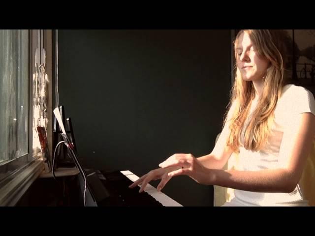 Simone joue une de ses compositions