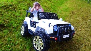 سينيا تفتح سيارة جيب باردة للأطفال