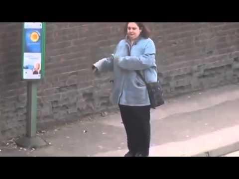 Inglesa  dançar em ponto de ônibus kkkkkk