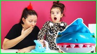 Rüya'nın Canı Sıkıldı ve Özlem ile Isıran Köpekbalığı Oyunu Oynadık | Çocuk Videosu