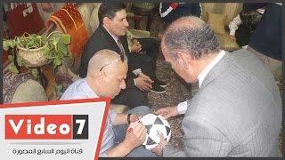 """بالفيديو.. وائل جمعة يوقع على كرة كلية الصيدلة """"عين شمس"""" قبل افتتاح الملعب الجديد"""
