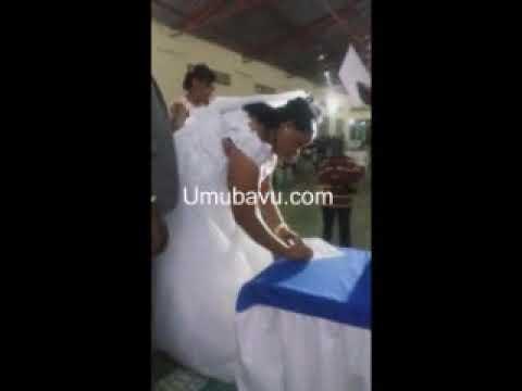 Apotre Liliane Mukabadege bamushyize hanze abanyamakuru yatinyaga ko bamufotora