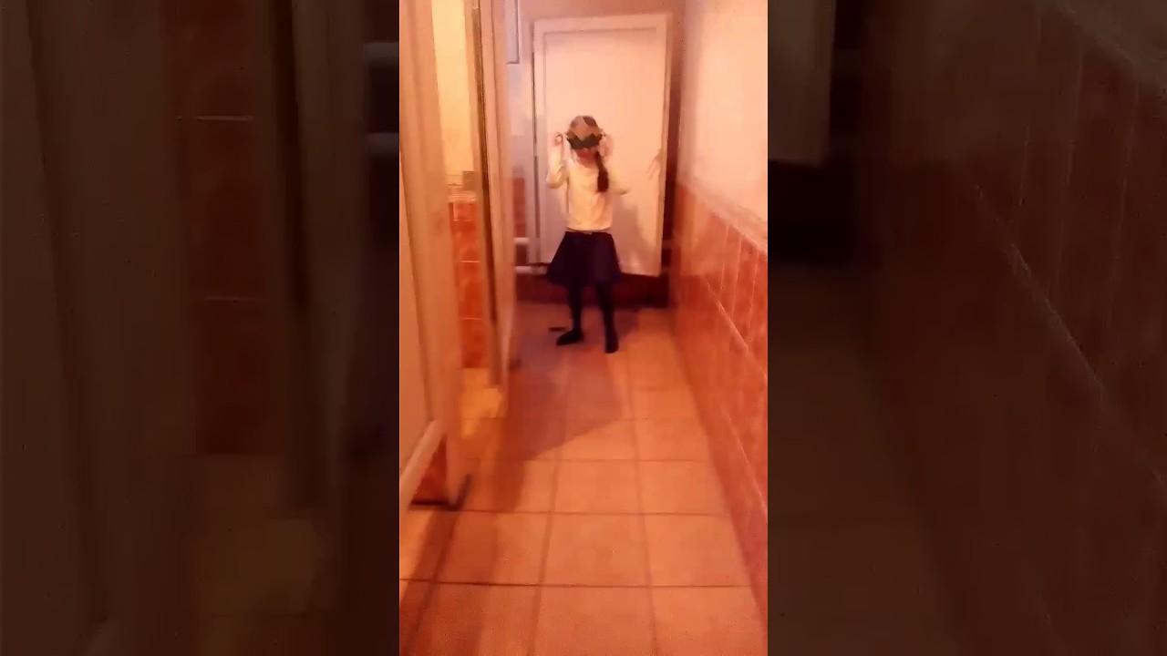 жертву богам, зашла не в тот туалет видео пальцы играли