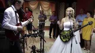Жених и невеста исполняют песню для родителей.