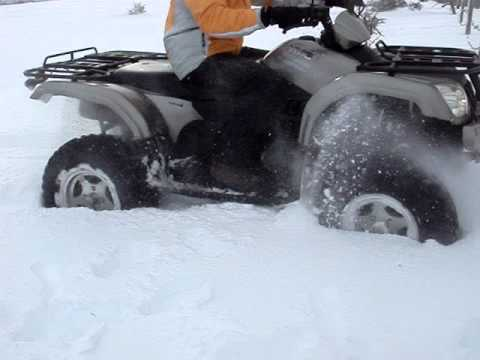 """Γουρούνα (ATV) """"κολλάει"""" στο χιόνι. ATV founders in the snow."""