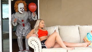 Download Video SCARY CLOWN PRANK ON GIRLFRIEND!! **PENNYWISE IT CLOWN** MP3 3GP MP4