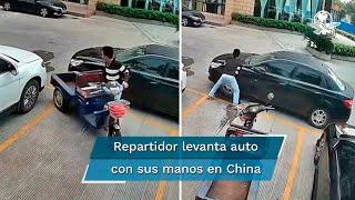 Hombre levanta el auto que encerró su moto