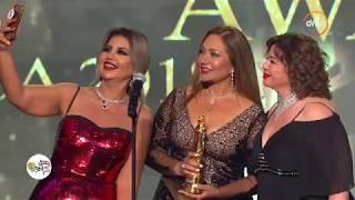 """جائزة مهرجان السينما العربية للنجمة """"ليلى علوي"""" وتسلمها لها النجمة """"إلهام شاهين"""""""