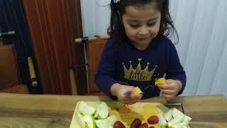 Ayşe Ebrar Oyuncak Bıçağı ile Gerçek Meyveleri Kesti. Meyve Salatası Yaptı.