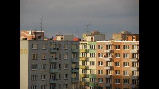 Panele fotowoltaiczne na balkonie w bloku.