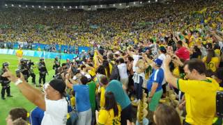 ネイマール 金メダルを胸に客席へ ダイビング リオ五輪 ブルーナマルケジーニ 検索動画 9