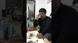 Мужик говорит  женским голосом. Жесть)))