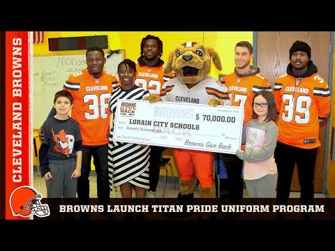 Players Volunteer for Titan Pride School Uniform Program | Cleveland Browns