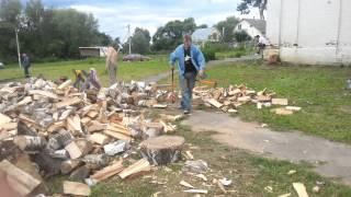 Колка дров. Работа с топором. Колун.(Новая Москва. Помощь церкви..., 2015-01-16T20:42:55.000Z)