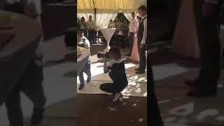 Свадьба. Папа ведёт невесту к жениху