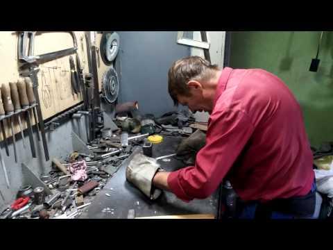 видео: Отливка траков для модели танка из алюминия.