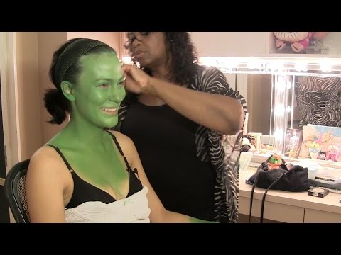 How 'Wicked' actor transforms into the green witch Elphaba