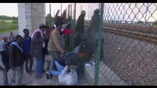 Baton and tear gas on Calais migrants who break through fence