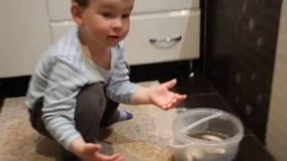 Рыбалка на карася в ванной. Смешное видео для детей)(Наш тато наловив багато рибки. Арсенчикові дуже цікаво подивитись і навіть потримати рибку в ручках. Але..., 2016-08-17T20:03:25.000Z)
