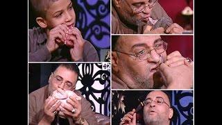 واحد من الناس - حيدر أبو شديد وابنه الصغير يأكلون الفحم المشتعل ويأكلون اللحم والفراخ والسمك ني