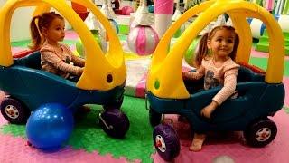 Magic Twins Ксюша и Арина  НА ДЕТСКОЙ ПЛОЩАДКЕ! Прыгают на батутах Видео для детей