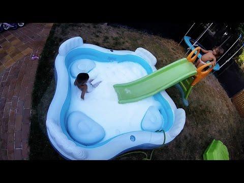 Piscine Mousse Bain moussant Géant BIO dans une piscine dans le Jardin pour fêter la fin de l'été