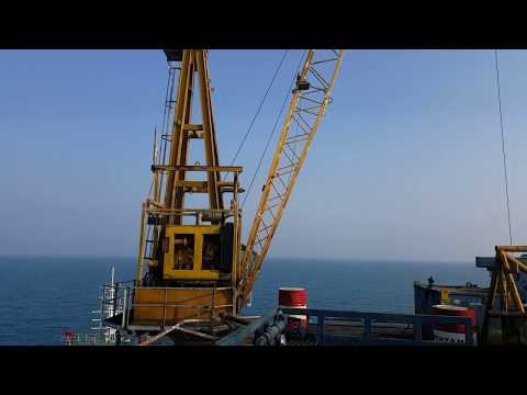 Live in offshore platform : pedestal crane lifting from kapal AHT prosses