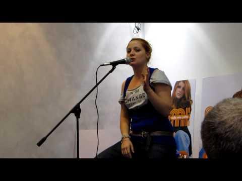 Noemi: Entrata alla Mondadori di Roma 02/10/09 Presenta