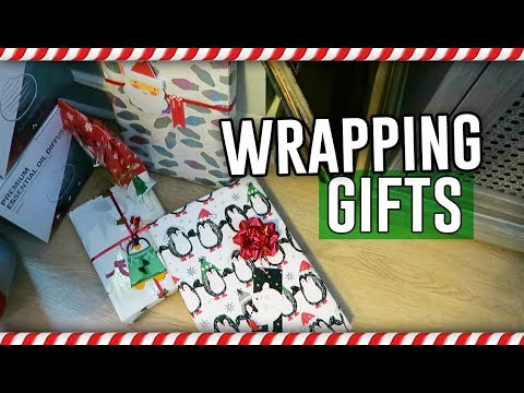 WRAPPING CHRISTMAS GIFTS! // Vlogmas Day 22