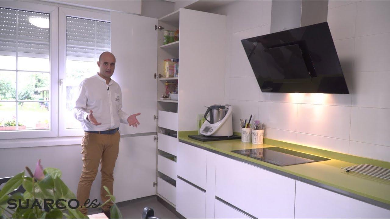 Cocina blanca de 15 m2 con dos frentes rectos sin tiradores y encimera de silestone verde - Cocinas suarco ...