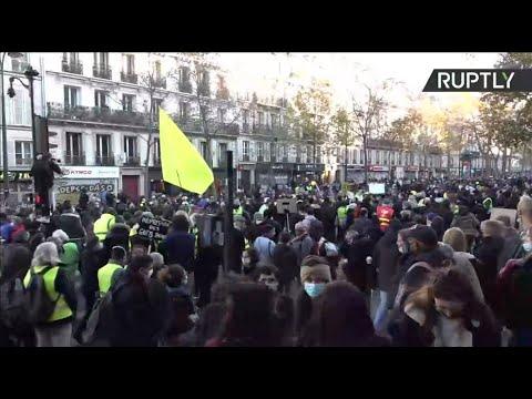 """Live aus Paris; Demonstranten gegen das sogenannte """"Global Security"""" -Gesetz in Frankreich protestieren."""