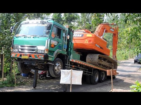 Fuso Self Loader Truck Transporting Excavator Doosan DX225LCA