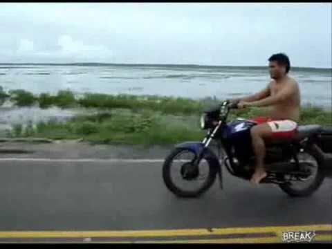 Dân chơi Ấn Độ tập bốc đầu xe máy