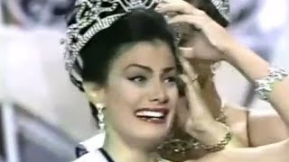 Dayanara Torres in her coronation as Miss Universe 1993