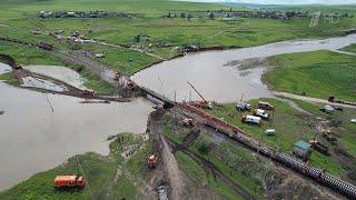 В Забайкалье восстанавливают рухнувший из-за дождей мост на Транссибе.