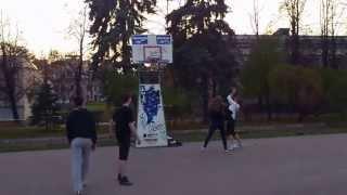 две влюбленные пары: Студентки и студенты МГУ играют в баскетбол