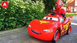 Adam va au Pique-Nique sur sa Voiture Cars Lightning McQueen