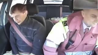 Пьяный водитель бьет себя в машине ГАИ