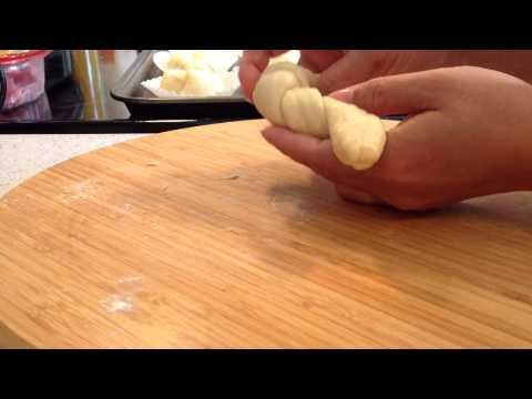 การม้วนแป้งขนมปังให้เป็นรูปดอกไม้