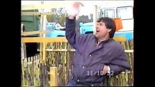 Забавный продавец корыта.Так когда-то торговали на ярмарках :)(Забавный продавец корыта.Так когда-то торговали на ярмарках Украина Покровское Днепропетровской области..., 2014-06-25T16:23:27.000Z)