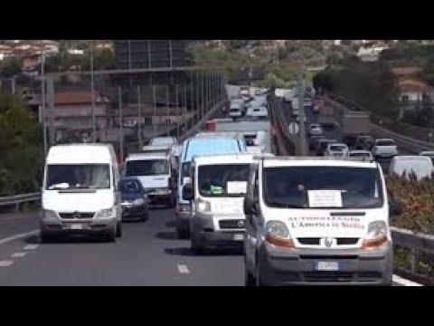 Covid e proteste. Gli ambulanti in protesta lungo la tangenziale di Catania. Traffico in tilt.