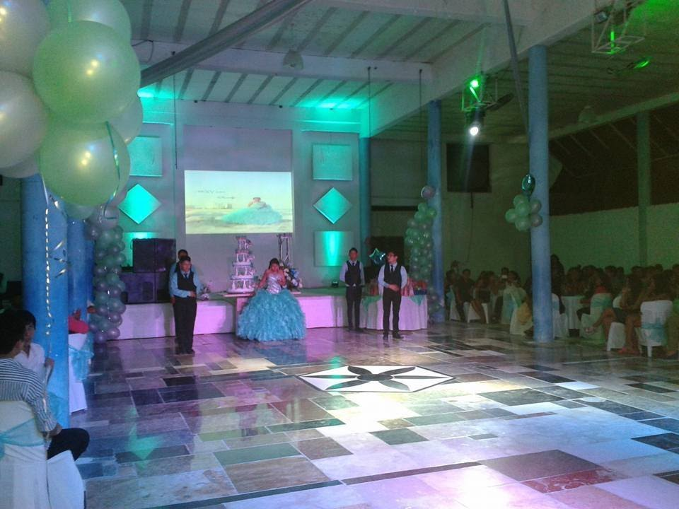 Salon de eventos cancun manolos vals tradicional xv for Actividades de salon