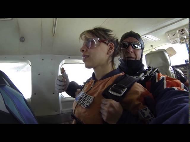 Vanessa Vencedora BBB 2014 salta de Paraquedas na Queda Livre Paraquedismo